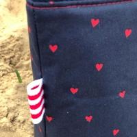 Baumwollstoff kleine Herzen, rot dunkelblau