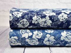 Stretchjeansstoff Blumen, weiß auf jeansblau
