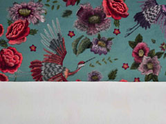 Dekosamt Velourstoff Blumen Kraniche, rot dunkles altmint