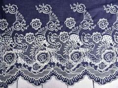 Jeansstoff gestickte Bogenkante Blumen, weiß dunkelblau