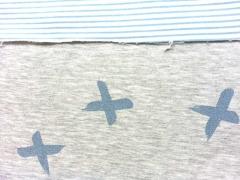 Sweatstoff Doubleface Glitzerkreuze Ringelstreifen, blau grau