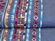 Jeans bestickt Bordüre Rauten, bordeaux jeansblau