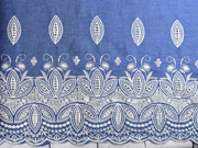 Jeansstoff gestickte Bogenkante Blätter, weiß jeansblau